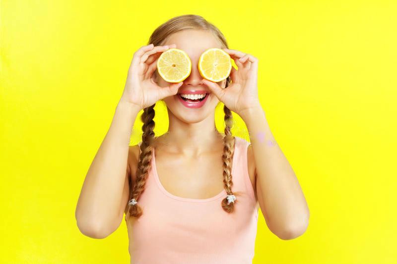 limones-de-la-exmplotación-agrícola-de-la-chica-joven-26166117